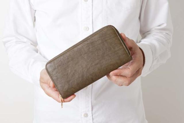 スタンダードなフォルムデザインの革財布